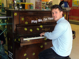 Play me, I´m yours Initiator Luke Jerram spielt am Piano